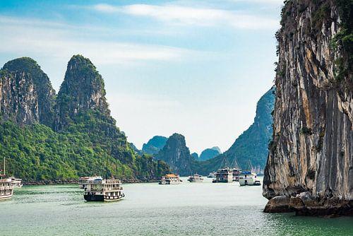 Tussen de rotsen in Halong Bay, Vietnam