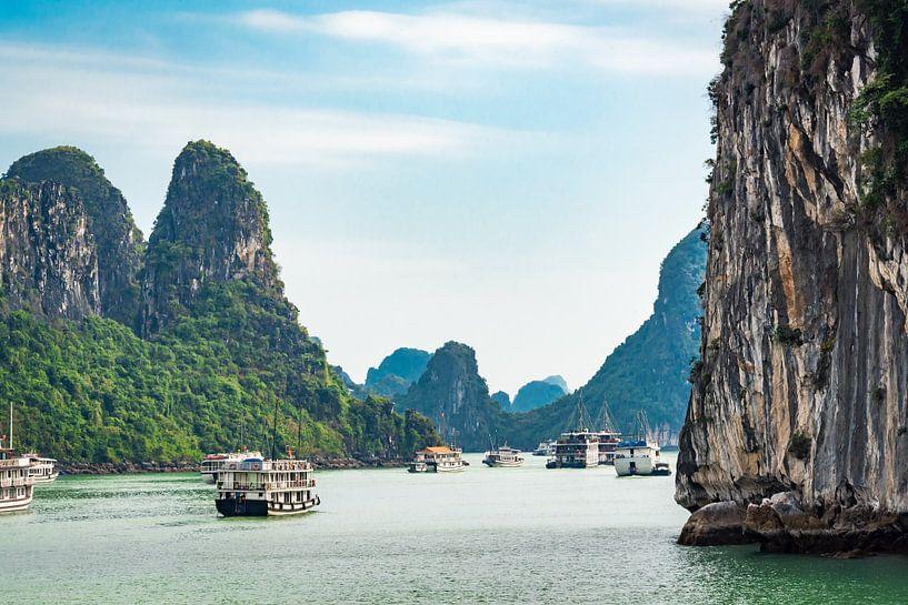 Tussen de rotsen in Halong Bay, Vietnam van Rietje Bulthuis