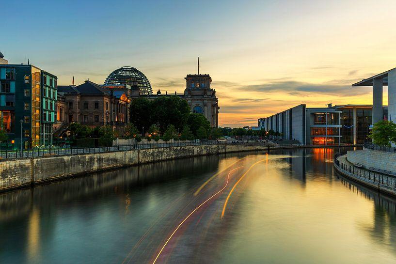 Le bâtiment du Reichstag sur la Spree à Berlin sur Frank Herrmann
