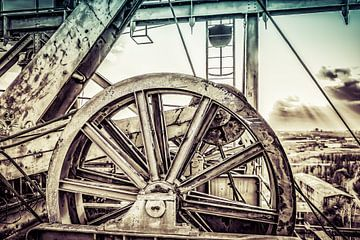 Rad über Aufzugsschacht im Retro-Look von Okko Huising - okkofoto