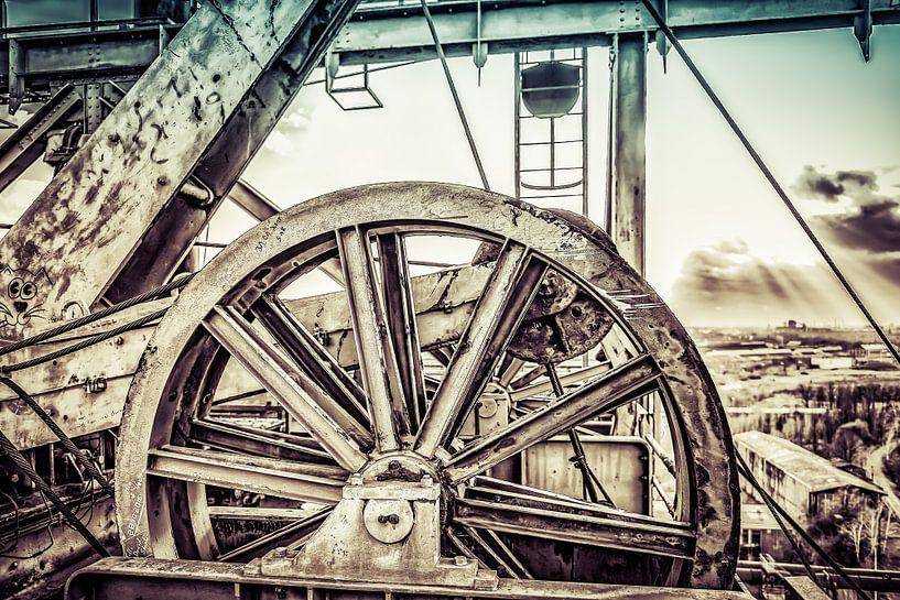 Wiel boven liftschacht in retrolook van Okko Huising - okkofoto