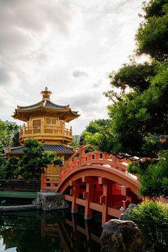 Shrine en brugje bij Nan Lian Garden van Mickéle Godderis