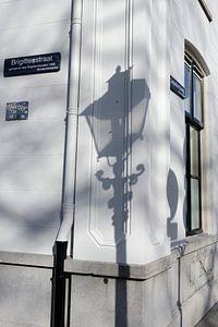 Schaduw van straatlantaarn op hoek Brigittenstraat met Lepelenburg in Utrecht van