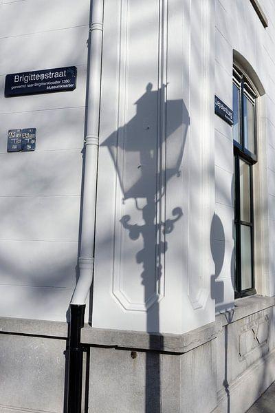 Schaduw van straatlantaarn op hoek Brigittenstraat met Lepelenburg in Utrecht van In Utrecht