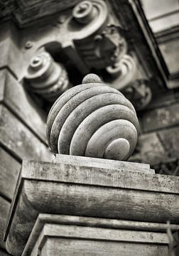 Pfeiler aus Sandstein in der Altstadt von Dresden von Heiko Kueverling