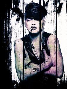 Madonna-Porträt mit Zigarette und Lederkappe auf Holz-Effekt