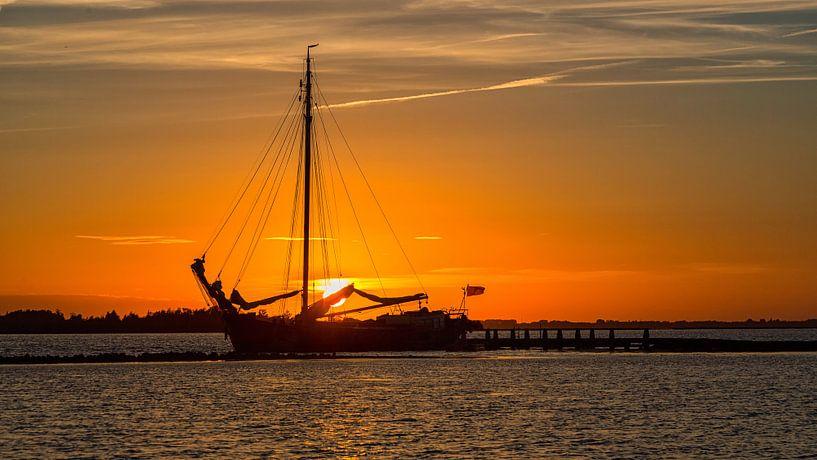 Zeilschip afgemeerd voor de nacht van Bram van Broekhoven