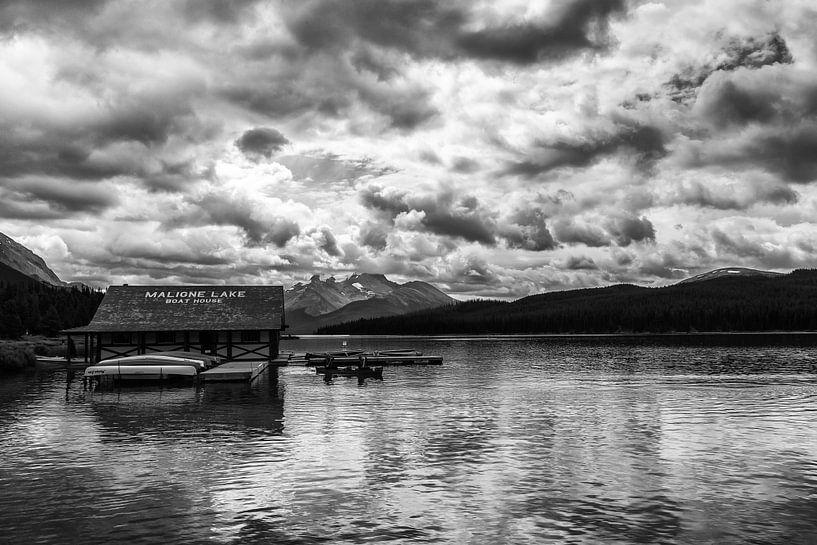 Maligne Lake Boat House van Ilya Korzelius