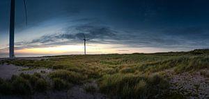 Dünenlandschaft in Dänemark mit Windrädern bei Sonnenuntegang von Jonas Weinitschke