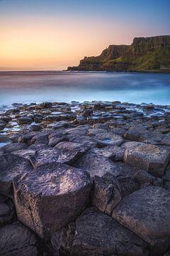 Irland Küste mit Basaltfelsen zum Sonnenuntergang von Jean Claude Castor