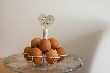 Verse eieren op een decoratieve schaal van JGL Market