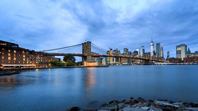 Brooklyn Bridge tijdens het blauwe uurtje van Natascha Velzel
