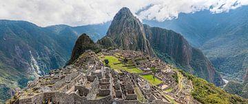 Panorama van de vroegere hoofdstad van de Inca stam, Machu Picchu in Peru van Wout Kok