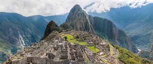 Panorama van de vroegere hoofdstad van de Inca stam, Machu Picchu in Peru von Wout Kok