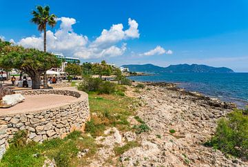 Uitzicht op zee van toeristenoord in Cala Millor op het eiland Mallorca, Spanje Middellandse Zee van Alex Winter