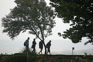 Silhouet van vier wandelaars bij opkomst slecht weer
