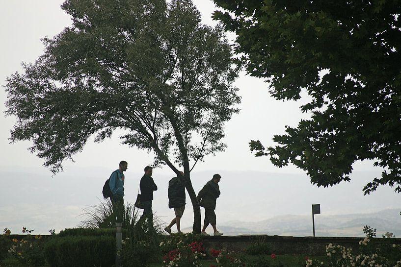 Silhouet van vier wandelaars bij opkomst slecht weer van Gert van Santen