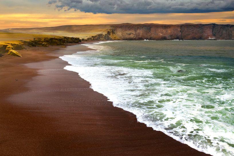Het rode strand, playa rojo, Peru van Rietje Bulthuis
