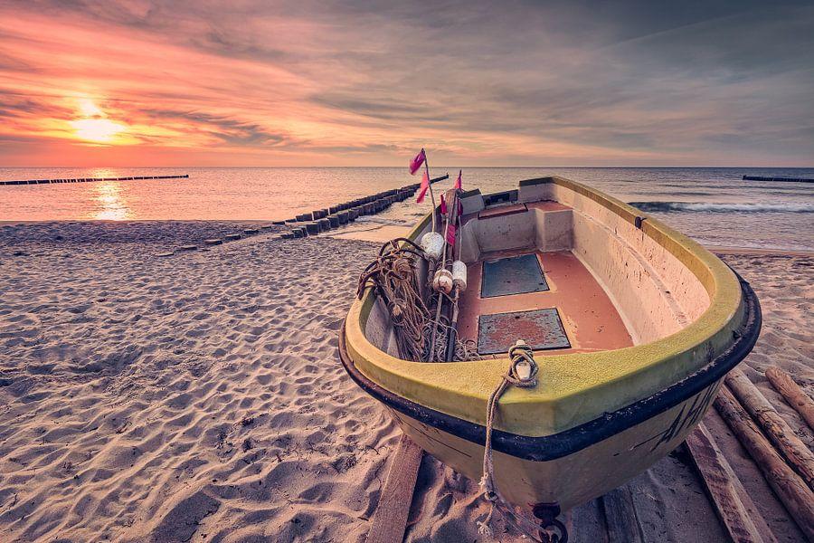 Fischerboot am Strand (Ahrenshoop / Darß) van Dirk Wiemer