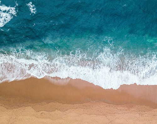 Zee en strand, abstracte compositie van lijnen in de branding van Roger VDB