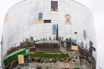 Rond gebouw met spiegels reflecteert skyline Rotterdam van Ger Beekes