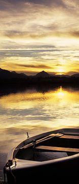 Boot bij Hopfensee bij zonsondergang, Allgäu, Beieren, Duitsland van Markus Lange