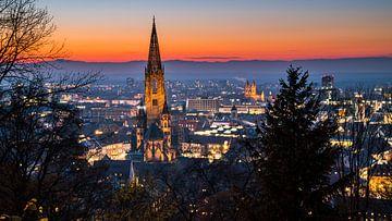 Freiburg im Breisgau rode zonsondergang hemel boven skyline van de stad van Simon Dux