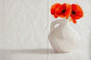 Poppies Rode bloemen in een witte aardewerk vaas op een wit papieren achtergrond. Stilleven van ellenilli .