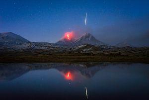Vallende Ster (Meteoor) bij Vulkaanuitbarsting in Kamchatka (Rusland) van Tomas van der Weijden