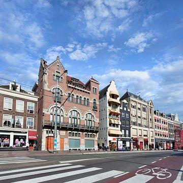 Rij van oude herenhuizen aan de beroemde Rokin, Amsterdam van Tony Vingerhoets