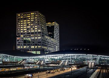 Utrecht in de avond met centraal station van Peter Hessels