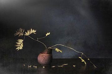 Stilleven met herfsttak in Zen sfeer. van Saskia Dingemans