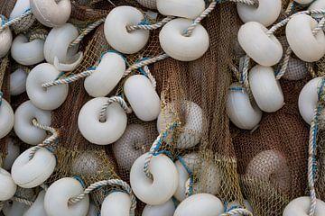 Visnet met witte boeien van Daan Kloeg