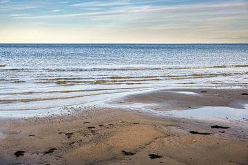 Nasser Sandstrand, ruhige Wellen und Blick über das Wasser zum Horizont an der Ostsee in Norddeutsch von Maren Winter