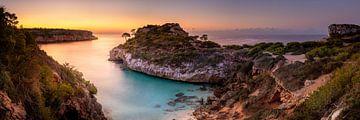 Baai op Mallorca in het zachte ochtendlicht. van Fine Art Fotografie