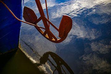 Anker weerspiegelt in het water van Alice Berkien-van Mil