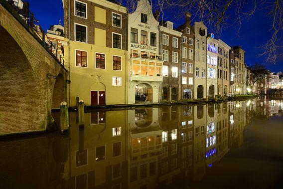 Oudegracht in Utrecht tussen Gaardbrug en Maartensbrug van Donker Utrecht