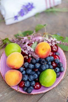 Kleurrijke zomerse fruitschaal met een kleurrijk zomers fruitschaaltje van