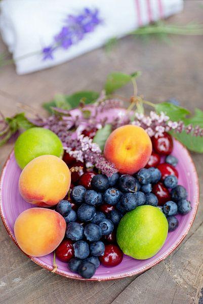 Bunter sommerlicher Obstteller von Tanja Riedel