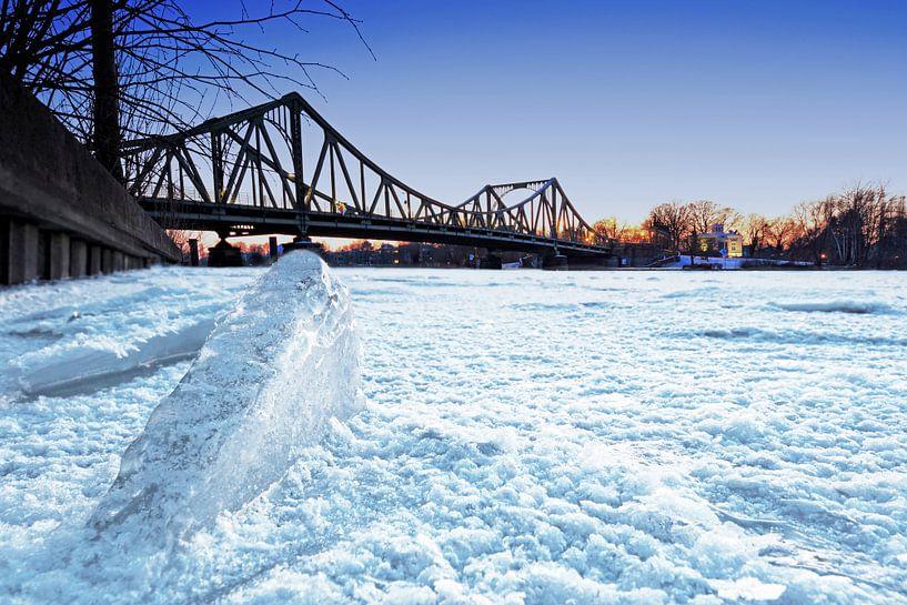Glienicke Bridge in de winter van Frank Herrmann