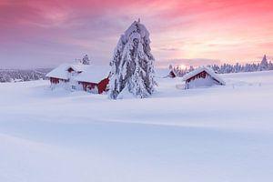 Zonsondergang in ondergesneeuwd Noors dorp van