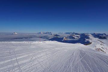 Kitzbüheler Horn und Skipiste in Kitzbühel, Tirol (Österreich), umgeben von Berggipfeln und Wolken von Kelly Alblas