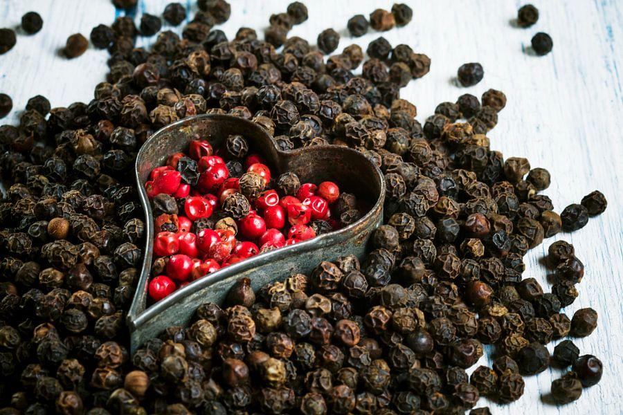 Rode en zwarte peperkorrels met hartvormige uitsteker