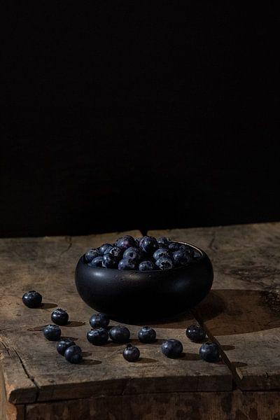 Stilleven blauwe bessen van Ilona van der Burg