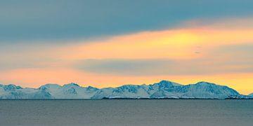Coucher du soleil de Selfjord en Norvège nordique pendant l'hiver sur Sjoerd van der Wal