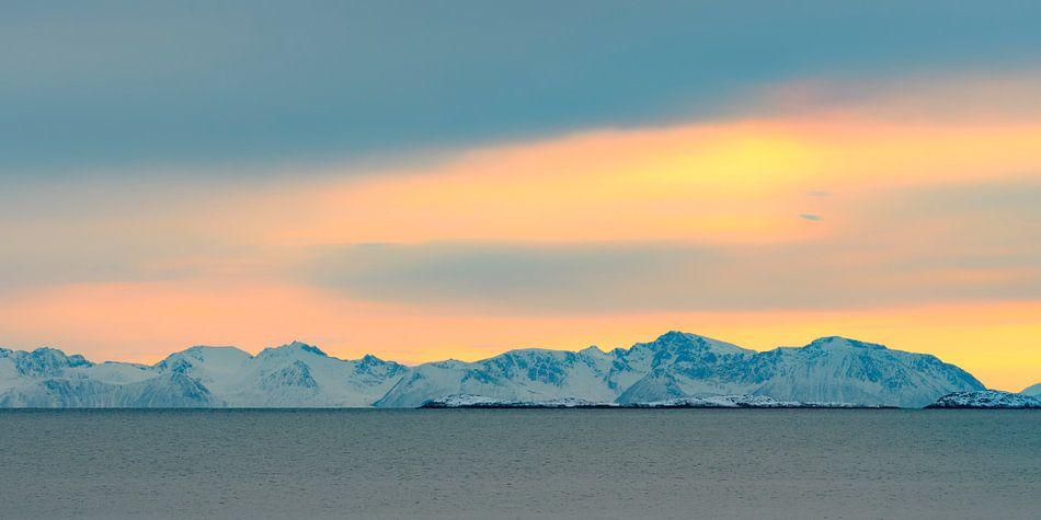 Uitzicht op het Selfjord in Noord Noorwegen tijdens zonsondergang in de winter