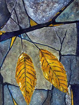 gele bladeren op steen van Christine Nöhmeier