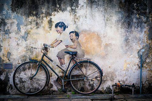 Straatkunst Maleisie, kleine kinderen op een fiets