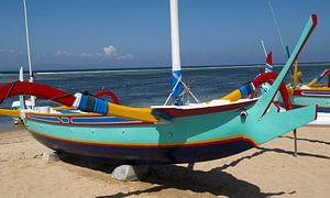 Gekleurde vissers boot op het strand van Sanur. van