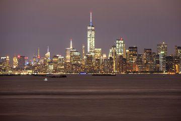Manhattan Skyline in New York in de avond gezien vanaf Staten Island sur Merijn van der Vliet